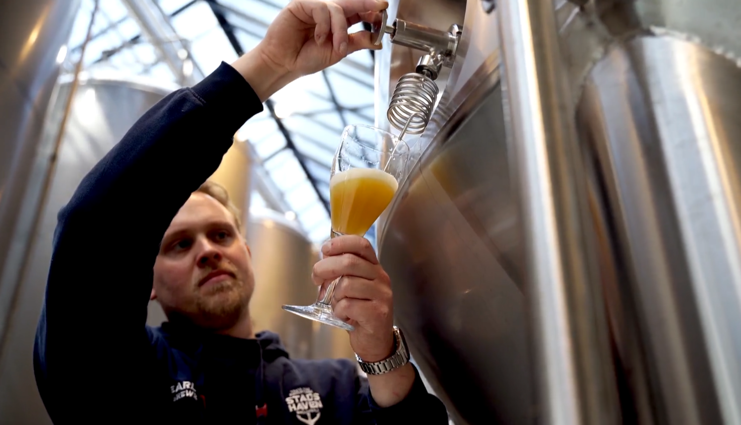 Stadshaven Brouwerij with a brewer filling a glass of beer